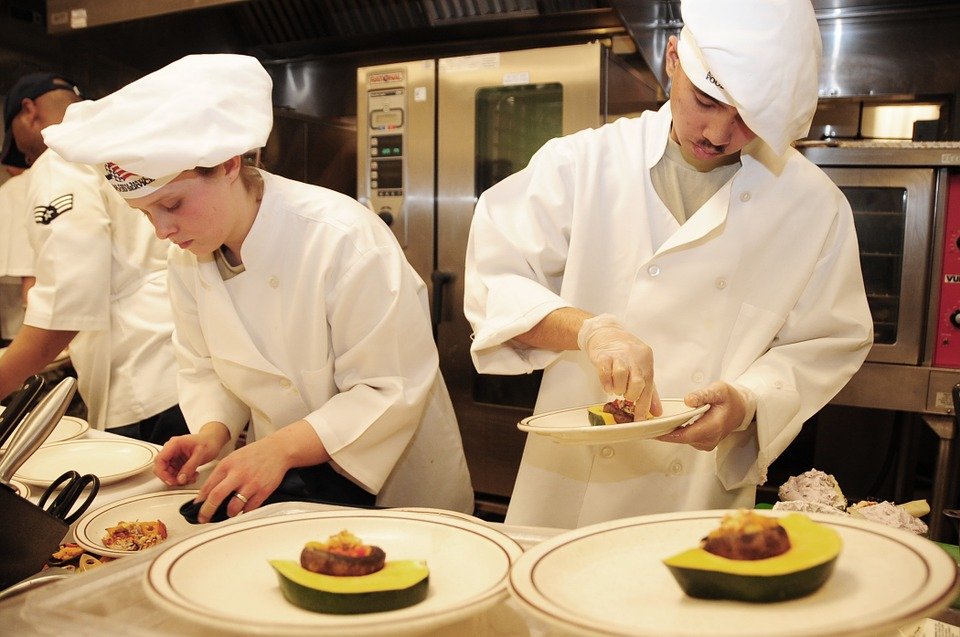 Anställda på en rolig matlagningsaktivitet