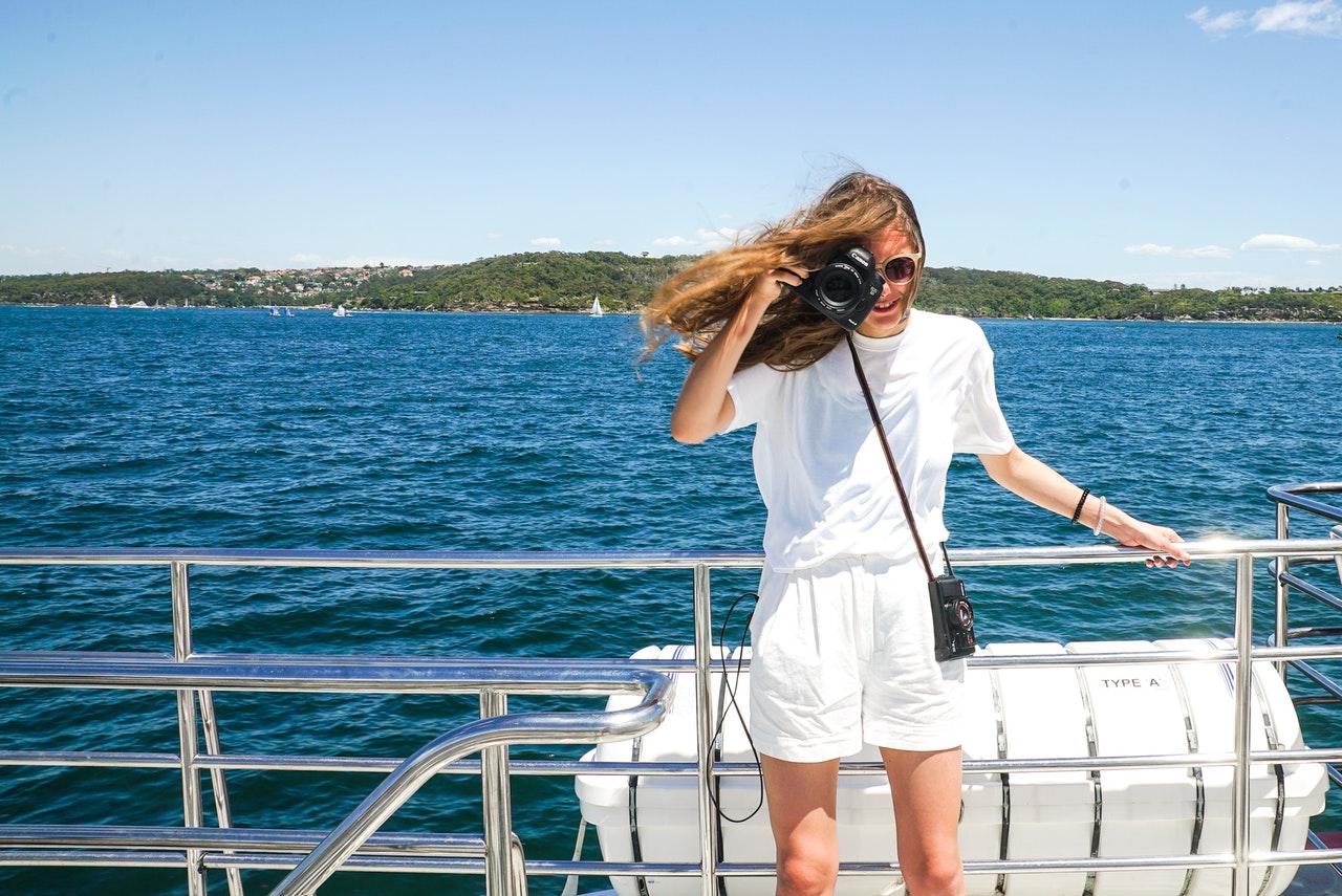 kvinna på en båttur